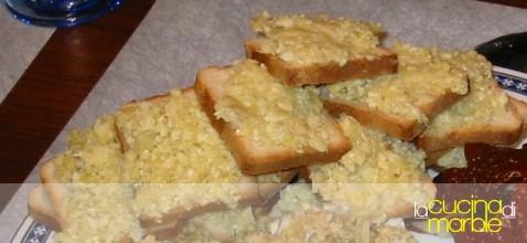 crostini con carciofini e grana